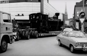 """Ruhrstraße / Ecke Delle Anlieferung der Lok 1971 """"Zillertalbahn"""" in Mülheim keine 10 Meter vom """"KUNSTBAHNHOF MÜLHEIM"""" entfernt"""