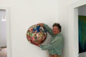 """Harald Schmitz-Schmelzer mit einer Skulptur in der Ausstellung """"Jackson Pollock Visiting"""" in der RUHR GALLERY MUELHEIM"""