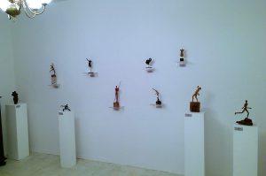 """Skulpturen von Katharina Joos in der Ausstellung """"MENSCHEN IN BEWEGUNG"""" in der Galerie an der Ruhr, Mülheim an der Ruhr"""