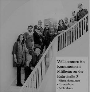 Mitmach-Museum in der Stadt Mülheim: Künstlertreppe zur POLLOCK-VISITING-Ausstellung 2017 - vorne links Kunsthistorikerin Dr. Laura Rodrigues aus Mülheim