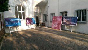 Kunst kann hier bei der Entstehung beobachtet werden - 10 Künstler*innen produzieren täglich im angeschlossenen Ateliertrakt und verkaufen im eigenen Namen und auf eigene Rechnung