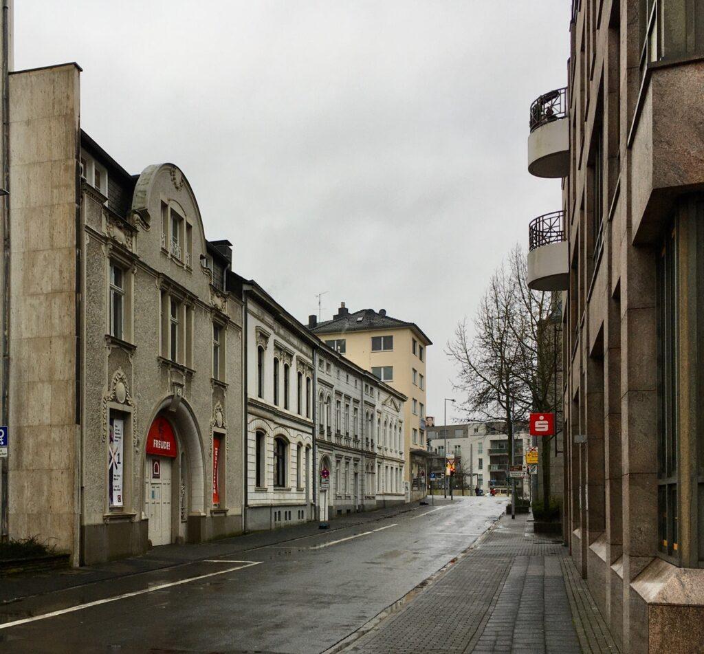 Dieses Bild hat ein leeres Alt-Attribut. Der Dateiname ist Ruhrstrasse_Muelheim_autofrei_eine_FREUDE_v.l.die_RUHRGALLERYMUELHEIM_MLHMRHR-1024x951.jpg